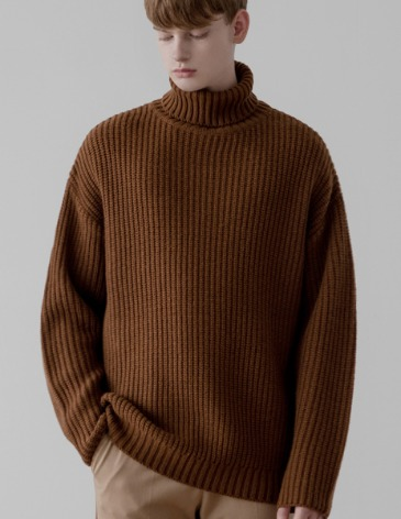 OVER-FIT TEXTURED TURTLE NECK KNIT [BROWN]