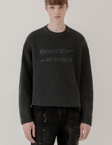 REVERSED LETTERING ROUND KNIT [CHARCOAL]